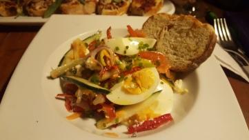 Ensalada de verduras y huevo cocido en restaurante Ouzo (foto de Chusa Cuendias)