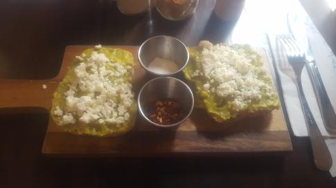 Desayuno vegetariano con tostadas de aguacate en Cartagena de Indias