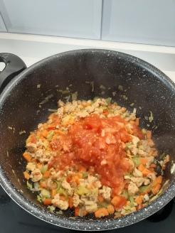 Añadir los tomates. Chusa cuendias