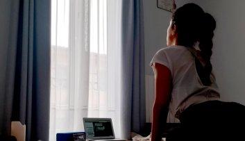 Siguiendo una clase de yoga online, de la casa del Yoga, en directo durante el confinamiento. Chusa Cuendias. Santander 2020
