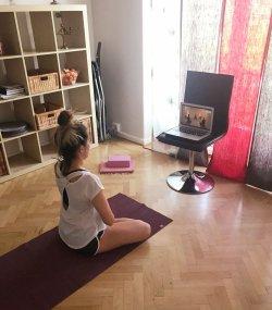 Aquí estoy, tomando una clase de yoga online en 2018. Chusa Cuendias